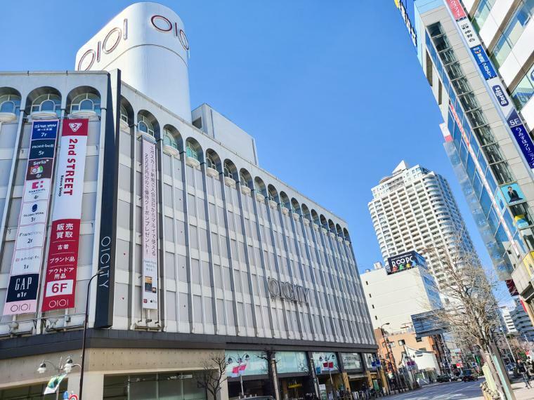 ショッピングセンター アゼリア通り沿いにマルイシティや多くの飲食店や商店が連なり日常の生活には事欠かない便利なスポットです。