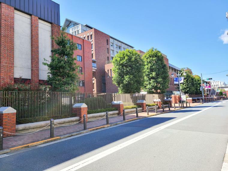 立教大学の学園を中心とした文教エリアに立在。立教小学校、中高等学校への通学に徒歩5分圏内で通えます。
