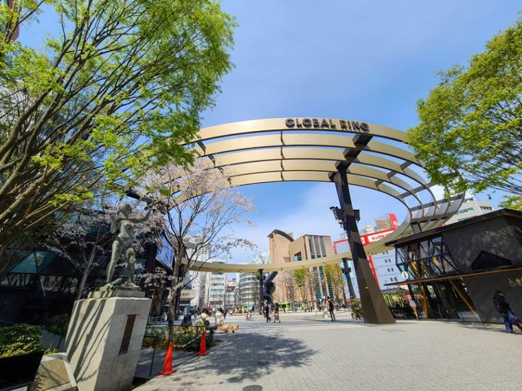 池袋西口公園に設置されたグローバルリング。イベント会場や屋外TVモニターが有り待ち合わせ場所に駅前のシンボルスポットとなっています。