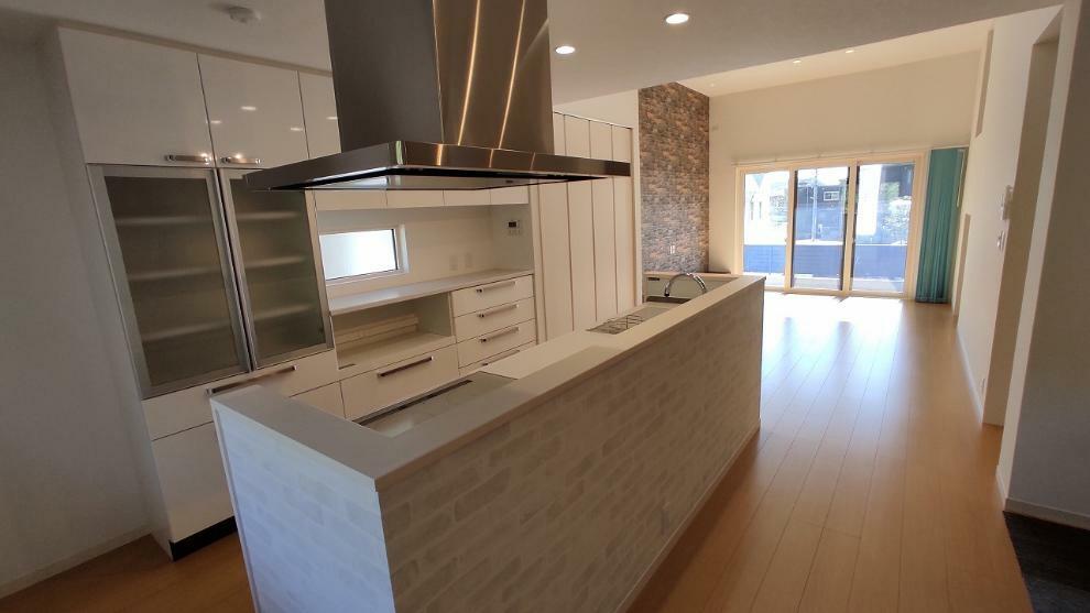 ダイニングキッチン 24.5帖の広々LDK(リビング天井高.2m・サッシ幅2.7m)、2.6mシステムキッチン、2.6m。家電システム収納付カップボード、3口IHコンロ