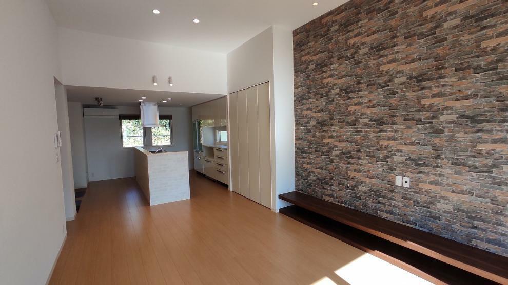 ダイニングキッチン リビングには、テレビボードを造り付け壁に補強してあります(アクセントクロス面)のでTVの壁付け設置も可能です。