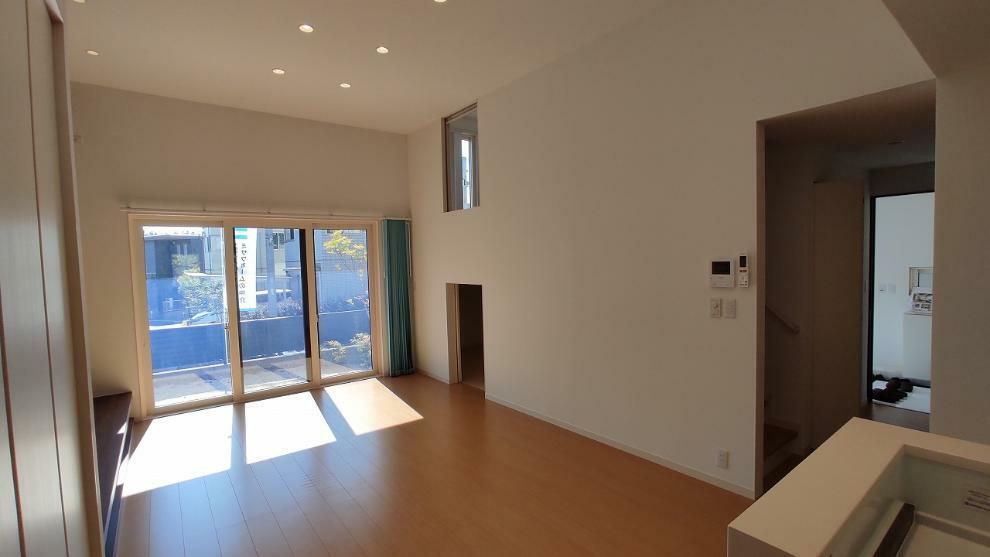 居間・リビング 24.5帖の広々LDK(リビング天井高3.3m・サッシ幅2.7m)。1F蔵収納(6帖)、リビング階段、1.5F洋室のつながり。蔵をつくることで1F・1.5F・2F・2.5F、2階建のお家なのにミサワ独自の4層空間を実現。
