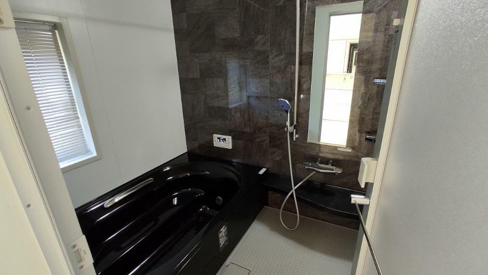 浴室 広々1.25坪タイプ  LIXILユニットバス。人工大理石のワイド浴槽、まる洗いカウンター、くるりんポイ、コーナーシェルフ、キレイサーモフロア、アクセント壁パネル、浴室乾燥暖房機