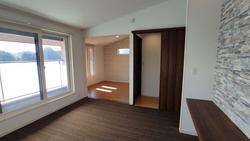 寝室 2.5F、8帖の洋間(寝室)。現状2ドア1ルームの洋間がつながっており書斎(リモートワーク)スペースとしても使え、部屋を区切った後でも2.6mのカウンターが書斎スペースとしてご使用いただけます。