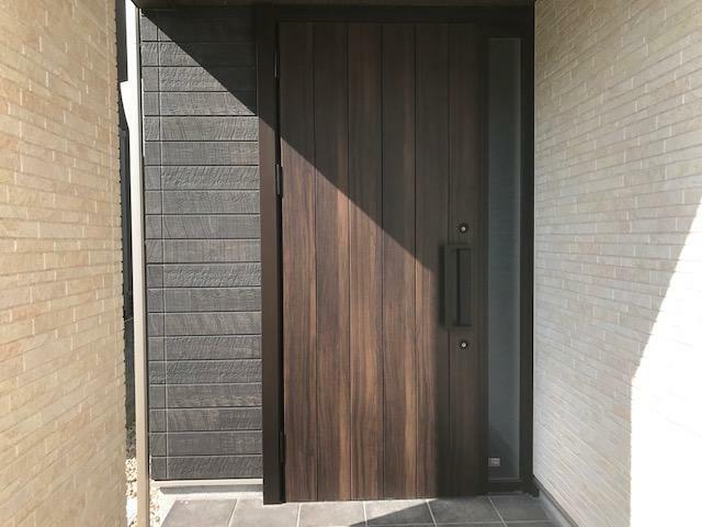 玄関 デザイン性の高い高断熱玄関ドアです。