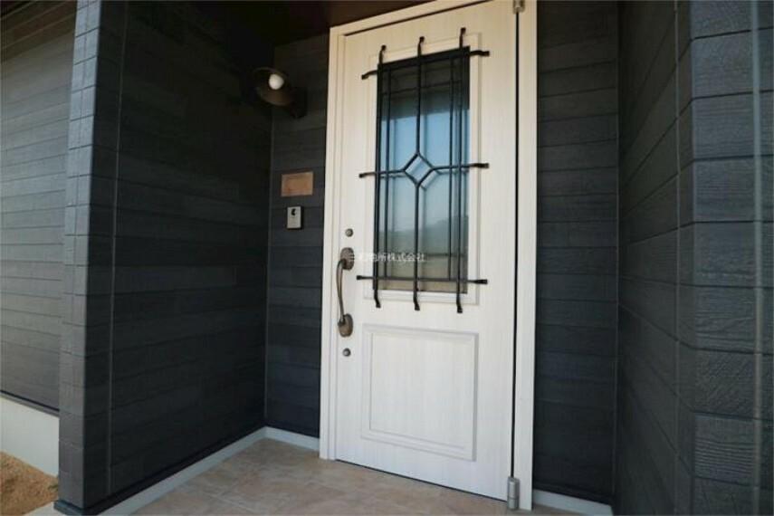 玄関 白木とアイアンのおしゃれな玄関ドア。防犯面も安心のダブルロック。