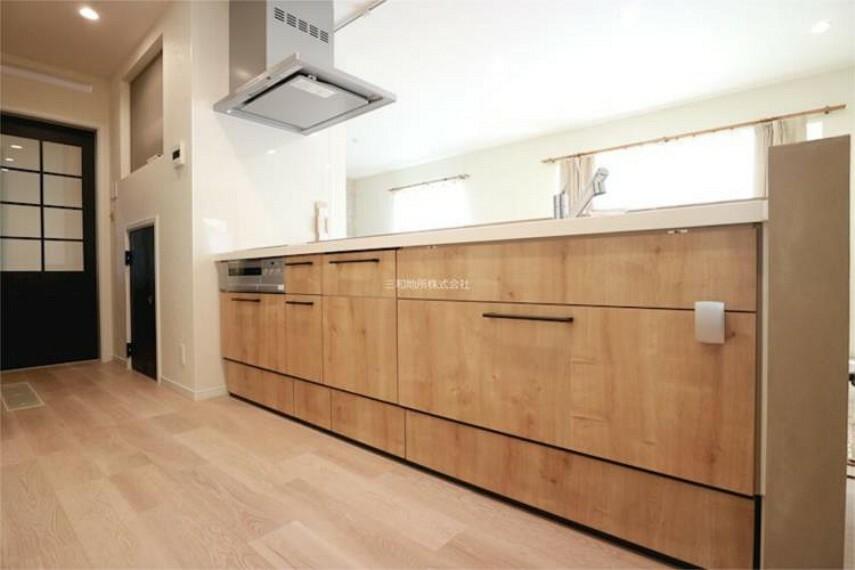 キッチン 木目のナチュラルなキッチン。幅広で作業スペースも広く収納もたっぷりあります。