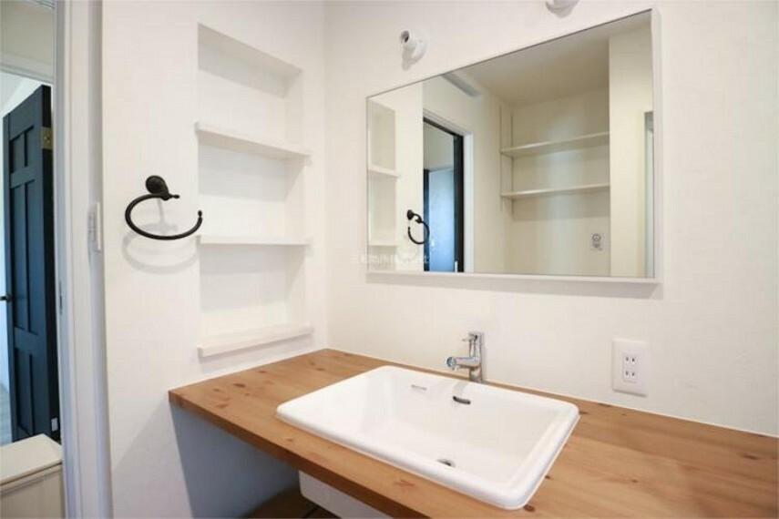 洗面化粧台 洗面台まわりも木材を使ってナチュラルな雰囲気になっています。