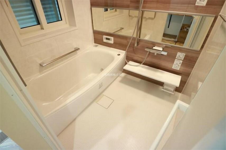 浴室 窓もあり換気もできる1坪タイプのゆとりあるバスルーム。