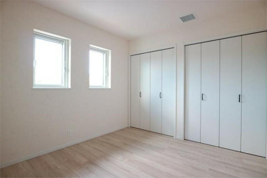 専用部・室内写真 壁一面のクローゼットがある主寝室2。