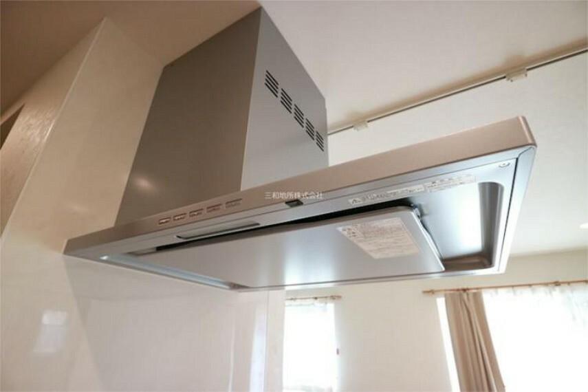 キッチン 整流板つきの換気扇。