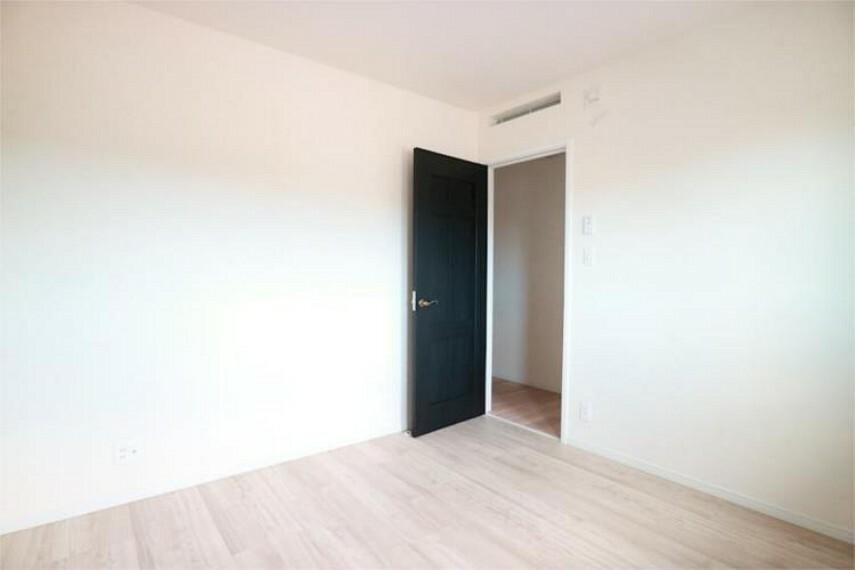 専用部・室内写真 主寝室2.明るい色のフローリンクでお部屋が広く見えますね。