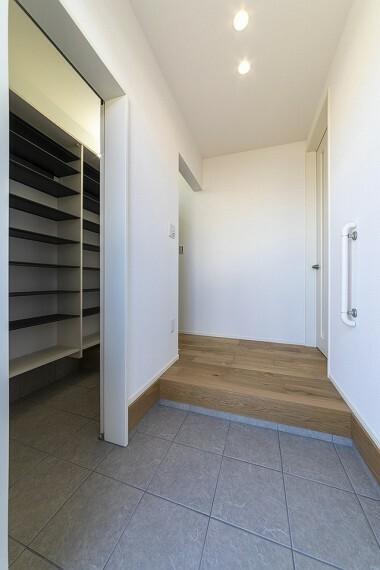 玄関 家族の靴や雨具もたっぷりしまえて玄関をすっきり使えるシューズインクローゼット付玄関。