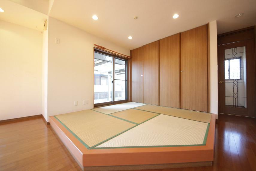 和室 畳スペース 小上がりになっています(*^^*) 押入れも大きくたくさん入ります!