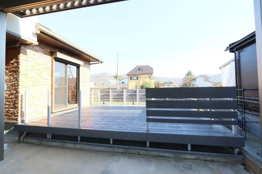 現況写真 ウッドデッキ 天気のいい日は、第2のリビングになりますね(*^^*)外で食事なども楽しめます!