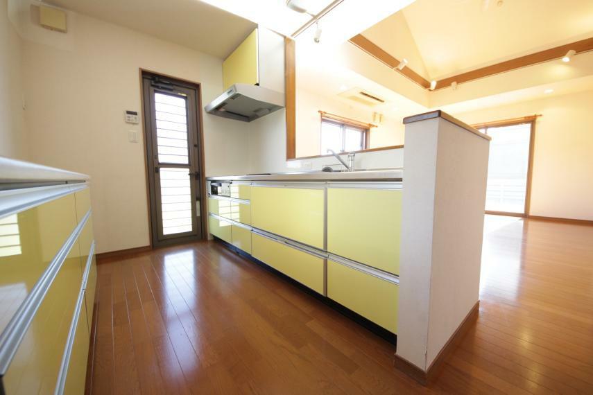 キッチン 明るいビタミンカラーで元気の出るキッチン 換気に便利な小窓や、収納付です。 明るい雰囲気で料理も楽しめそうです!
