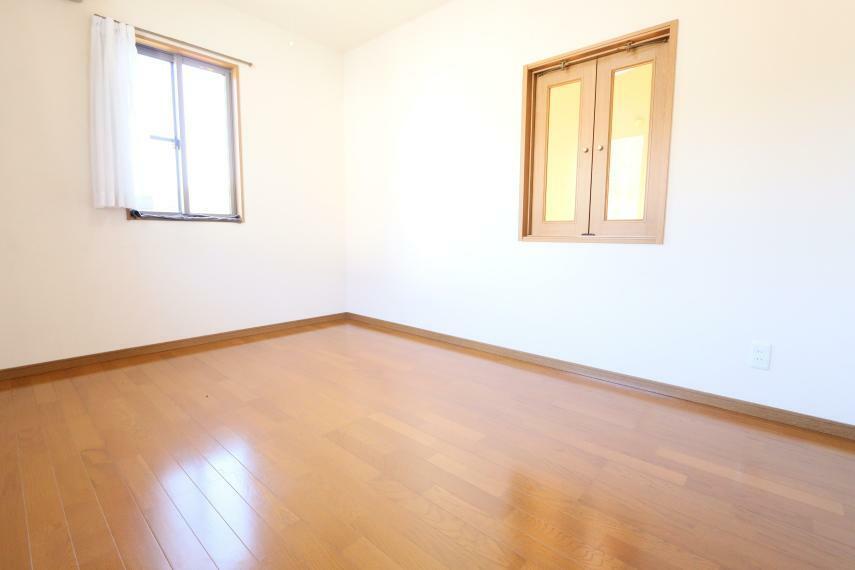 洋室 吹き抜けで1階と会話もできそうですね(^o^)