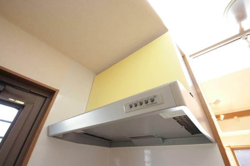 大きな換気扇で調理中の匂いを抑えます!