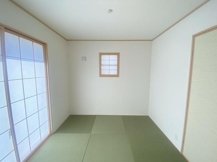 居間・リビング リビングの隣には和室があり、お洗濯物を畳んだりお子様の遊び部屋などに丁度良い住空間。