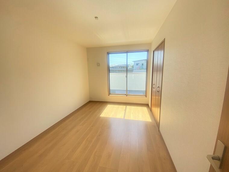 居間・リビング 南側バルコニーから明るい光が差し込みます。