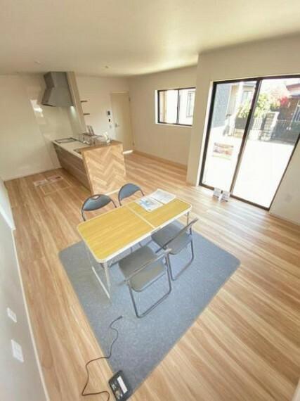居間・リビング 明るい色合いのフローリングを採用