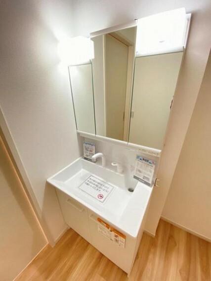 洗面化粧台 開けると大容量の収納、閉めると三面鏡で見た目もスッキリ