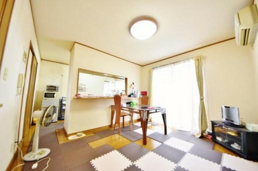 キッチン 南採光が入り込むリビングです。 明るい室内で明るいご家族の笑顔が耐えません。