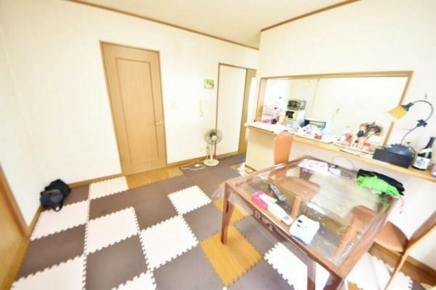居間・リビング リビング約12帖の空間です。南から自然光が射し込む明るい室内です。