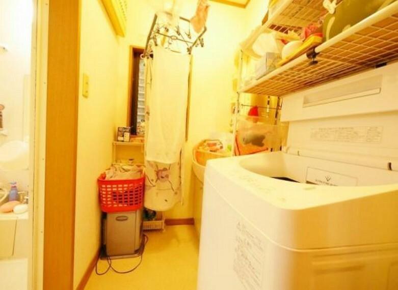 洗面化粧台 開口窓が付いた洗面所です。忙しい朝にも広さが 有る嬉しい空間です。