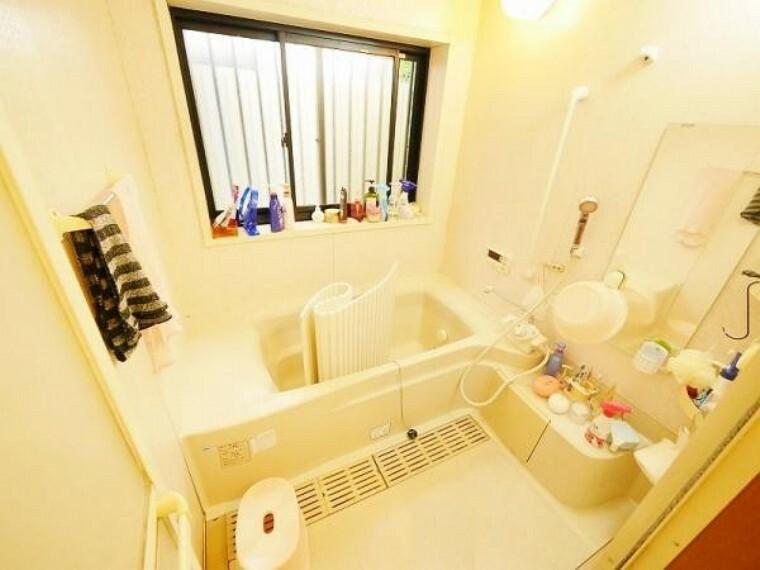 浴室 採光が取れる大きな窓。 開放的な空間を満喫して 下さい。
