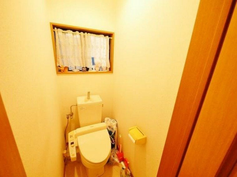 トイレ 1階と2階2箇所トイレが設置されております。 開口窓も施工された空間です。