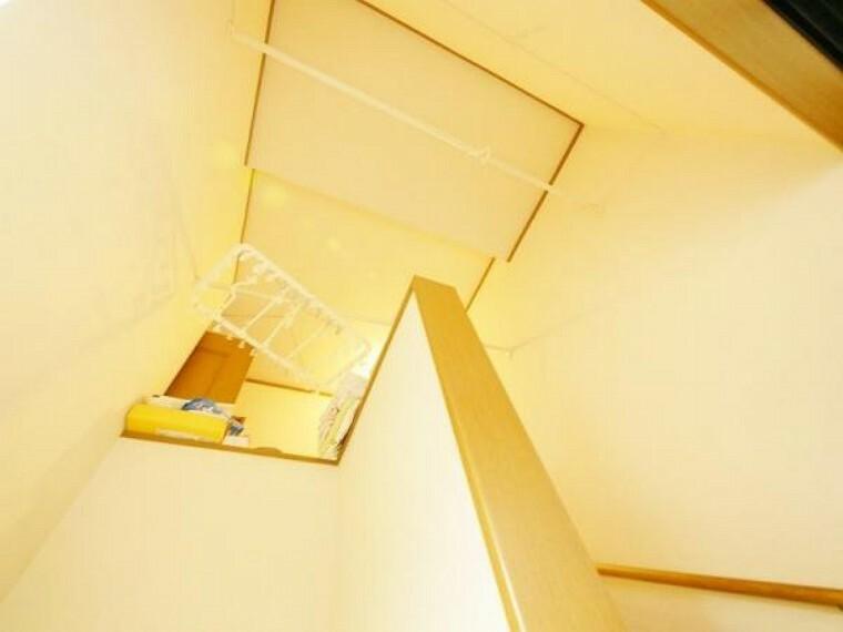 階段上の吹抜の写真です。天井高の空間は 開放感満載の心地良さ。