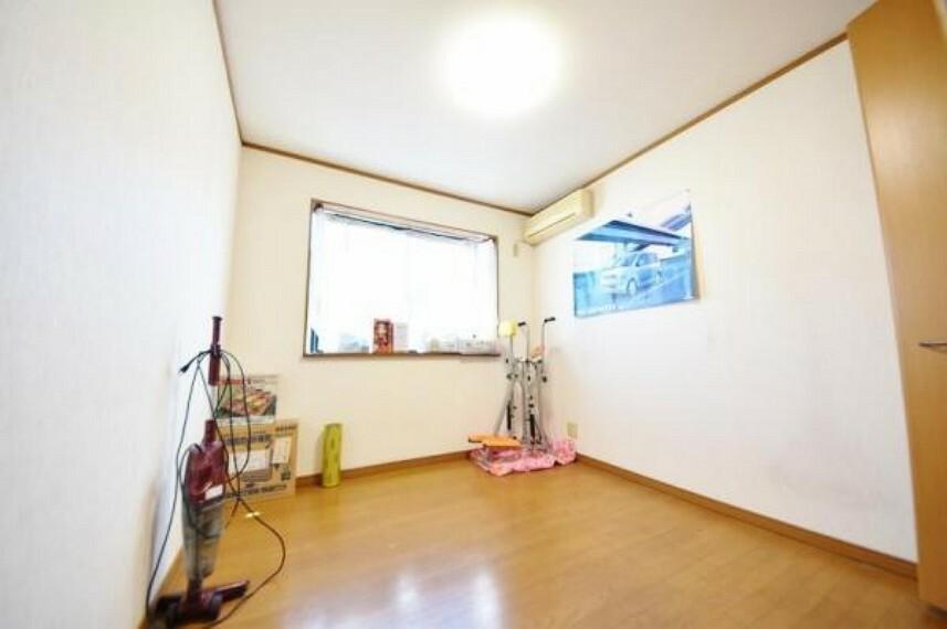 2階の寝室です。 中央に位置する出窓付きのお部屋です。 こちらの広さは約5帖