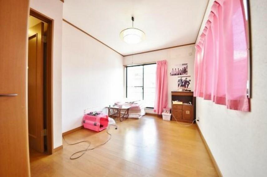 子供部屋 窓が2箇所設置された 寝室です。 こちらの広さは約6帖 バルコニー設置部屋。