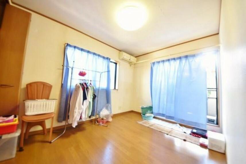 こちらの寝室も窓が2箇所 設置されております。 こちらのお部屋約6帖 バルコニー設置部屋。