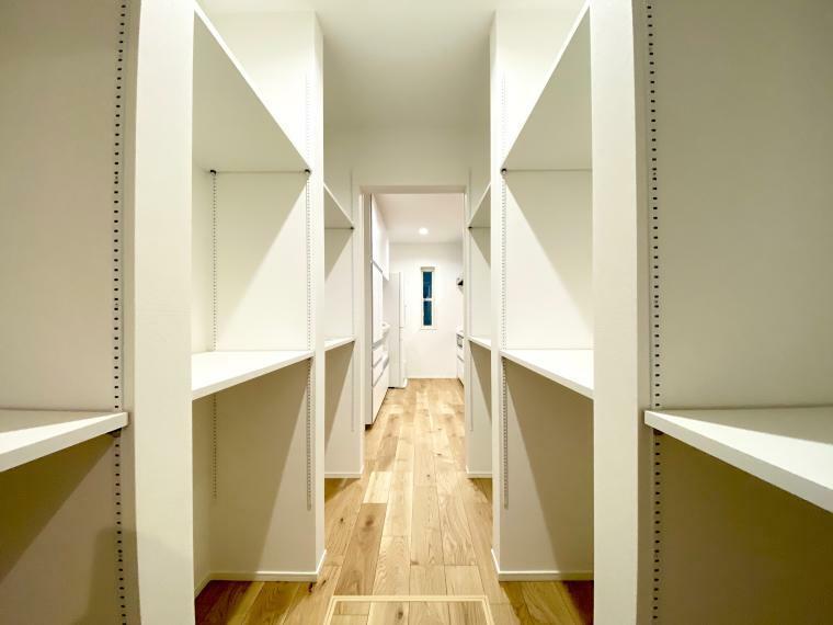 収納 LDKと玄関ホールを繋ぎ、大容量のパントリーを設けています 収納たっぷりでキッチンやリビングの強い味方となってくれます