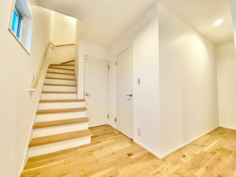 玄関 玄関からリビングへ、またキッチンに繋がるパントリーへも入出可能で動線を考慮しています