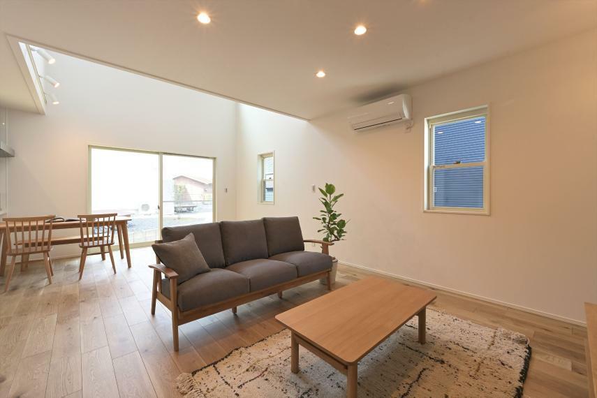 居間・リビング LDKに吹き抜けを採用し、広くて居心地の良い空間に構成しています 光もたくさん確保でき明るいです