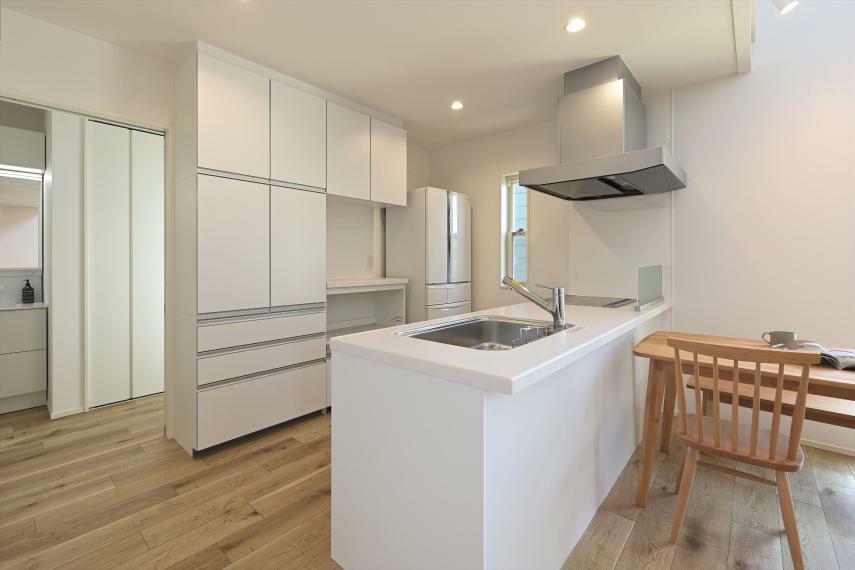 ダイニングキッチン IHコンロ、食器洗い乾燥機付きの対面式キッチンです 大容量の家電台付カップボードもございます