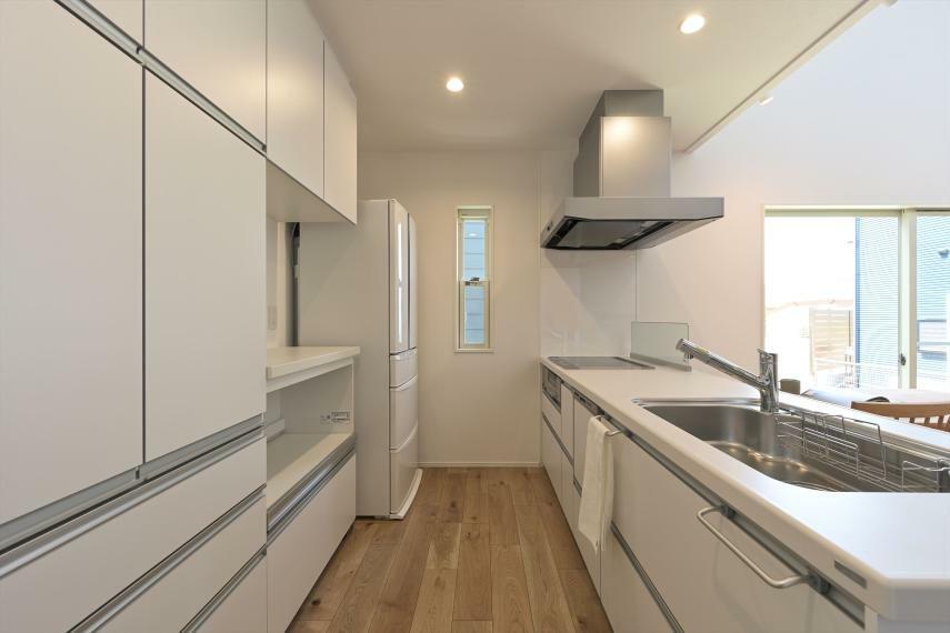 キッチン IHコンロ、食器洗い乾燥機付きの対面式キッチンです 大容量の家電台付カップボードもございます