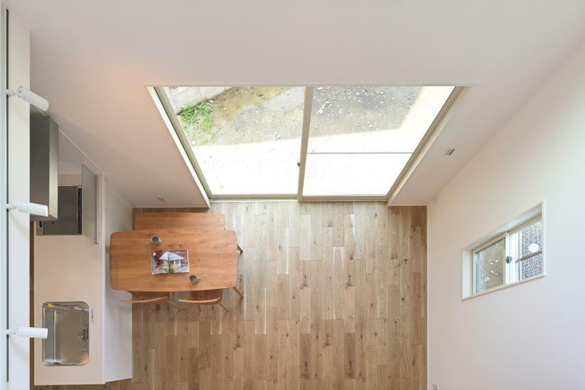 ダイニングキッチン IHコンロ、食器洗い乾燥機付きの対面式キッチンに、大開口の吹き抜けから降り注ぐ光で明るく開放的な空間になります