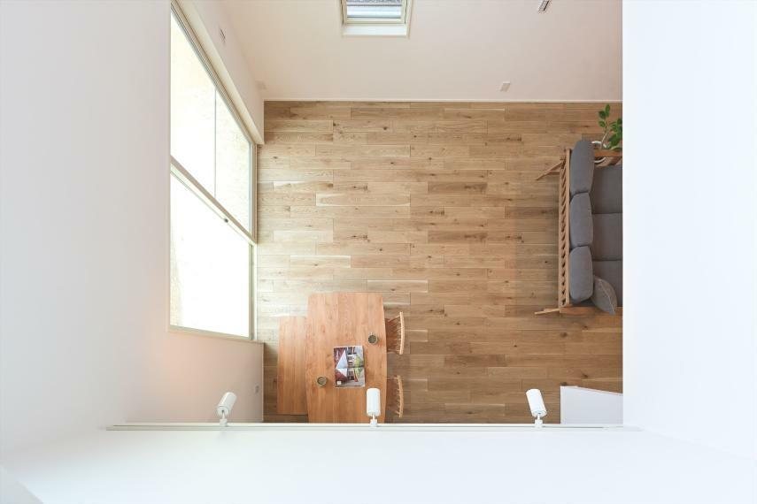 ダイニング IHコンロ、食器洗い乾燥機付きの対面式キッチンに、大開口の吹き抜けから降り注ぐ光で明るく開放的な空間になります