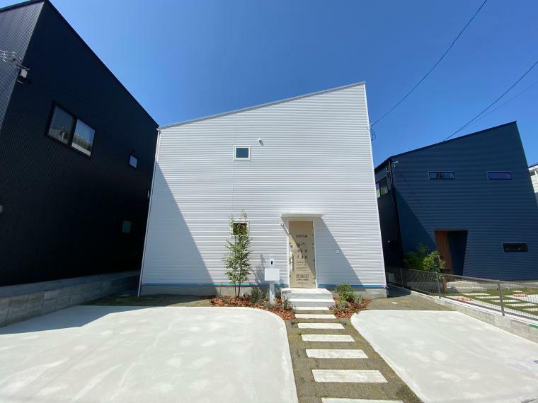 現況外観写真 屋根はガルバリウム鋼板葺 外壁は金属サイディングで施工されています