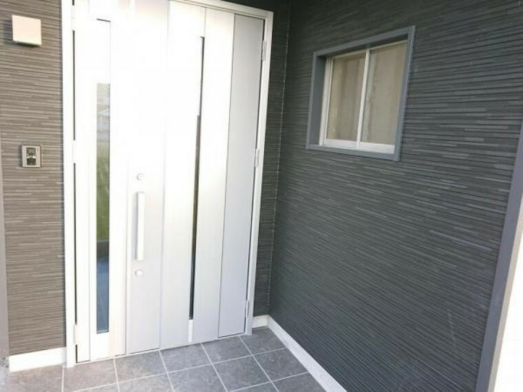 玄関 【リフォーム済】玄関ドアの写真です。LIXIL製の新品に交換しています。おうちの顔である玄関が綺麗だと、お家に帰るのが楽しみになりますね。