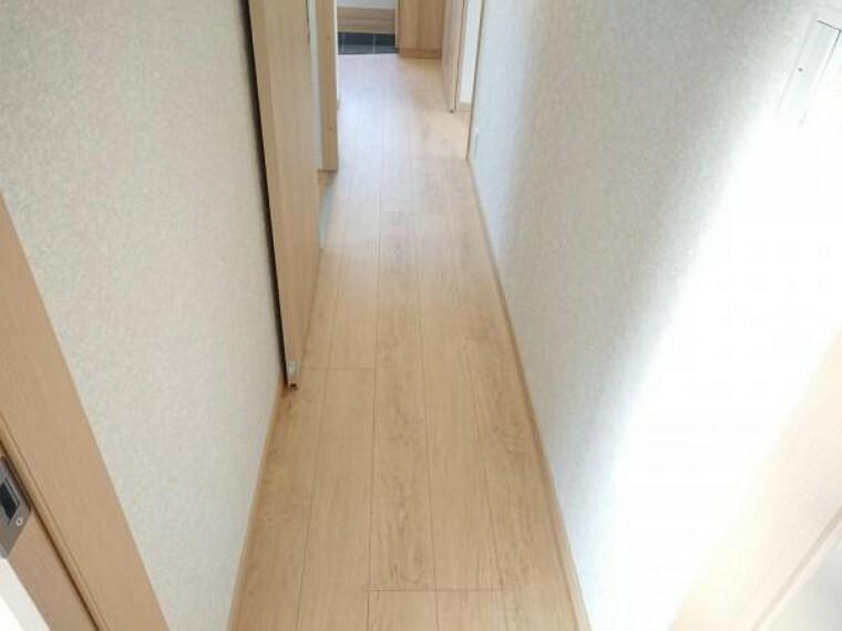 【リフォーム済】廊下の写真です。水回りへの動線も魅力的で、暮らしやすさを感じていただけるのではないでしょうか。