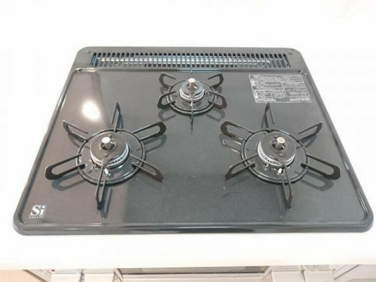 キッチン 【リフォーム済】新品交換したキッチンは3口コンロで同時調理が可能。大きなお鍋を置いても困らない広さです。お手入れ簡単なコンロなのでうっかり吹きこぼしてもお掃除ラクラクです。