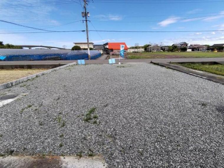 駐車場 【リフォーム済】駐車場の写真です。砂利を敷いて整備しました。十分なスペースがあるので4台は余裕をもって駐車できます。