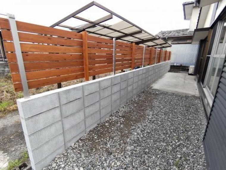 【リフォーム済】お隣との間にフェンスを設置しました。リビングからの目線も気にすることなく生活できますね。