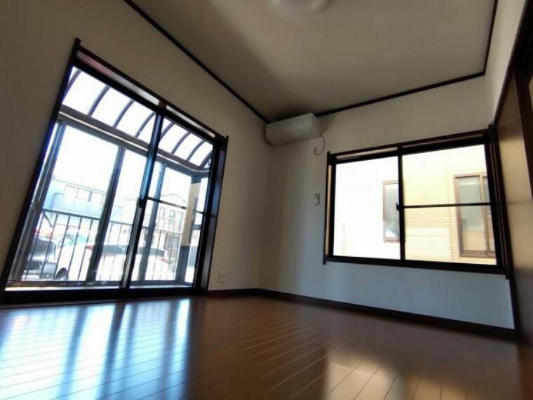 【リフォーム済】1F洋室6帖です。クロス張替え、床はフローリングで張り替えを行いました。照明交換、ドア交換を行いました。2面採光で陽当たりが良く、気持ちがいいですね。