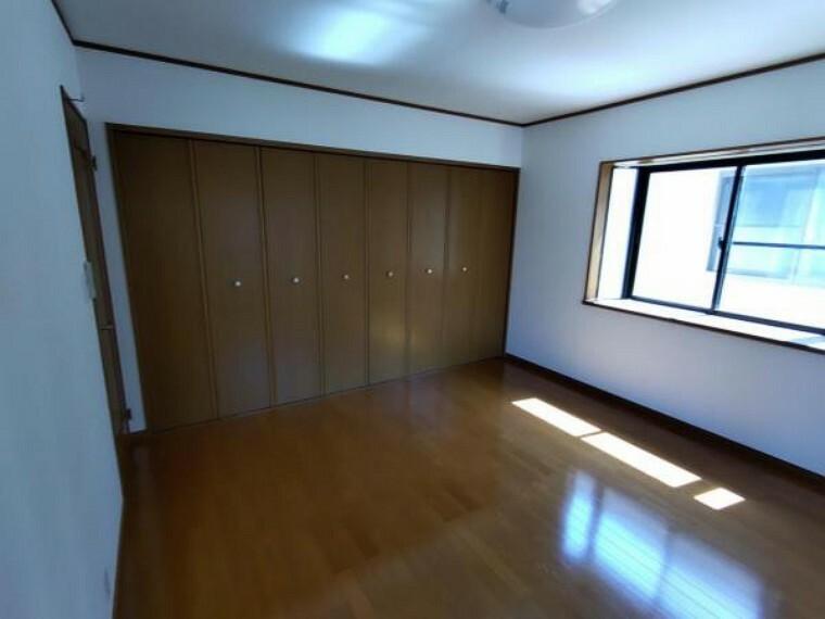【リフォーム済】2階洋室8帖です。クロス張替え、照明の交換、隣室との間に壁新設を行いました。広めの洋室なので大きなベットも置けますね。ゆったり寛ぐ寝室にピッタリです。